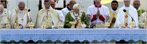 El papa implora a Dios por la paz en Oriente Medio en una misa en Beirut